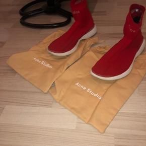 Sælger mine dejlige. Acne studios sko nogen super lækre sko dejlige at gå i. Det en str 43 fitter 42 cond 8/10 der med følger boks og to poser som skoene kan være i. Har dsv mistet kvit. Np er 3200kr     🔴byd byd byd🔴