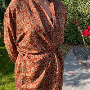 Smuk unik kimono fra Sissel Edelbo i rust/rød. Den har aldrig været brugt.