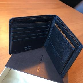 Ægte Louis Vuitton pung sælges. Pungen er brugt og har derfor mindre tegn på slid efter dette. Den er i rigtig fin stand.  Kvittering haves desværre ikke længere.  Kun seriøse bud modtages JEG BYTTER IKKE.