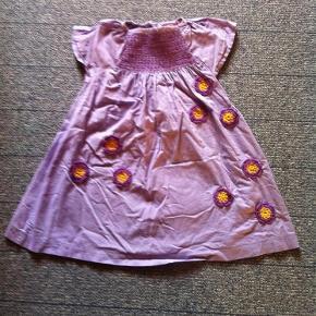 Varetype: Kjole Farve: Lilla Oprindelig købspris: 350 kr.  Smuk kjole fra Ej sikke lej, som min datter desværre kun fik brugt 2 gange. Er lidt krøllet, da jeg ikke har strøget den. Fejler dog intet.