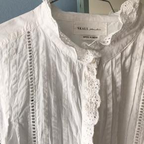 Fineste skjorte dog med en plet på den ene skulder (se billede 3). Sælges derfor billigt 🌸