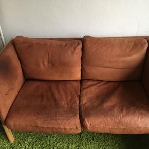 Min kæreste og jeg sælger vores sofa, da vi skal til at have en ny.  Det er 150x80 2 pers. Sofa i brunt læder. Udover lidt patina fejler den intet.   BYD!
