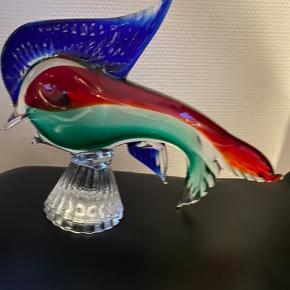Smuk stor og tung glas fisk ( muligvis fra Holmegaard). 22cm lang 12 cm høj.  Returneres ikke .  Afhentes på 8270 Højbjerg.  Reserver gerne når halvdelen af beløbet betales i despotiom, Svarer varen ikke til dine forventninger , refunderes pengene .