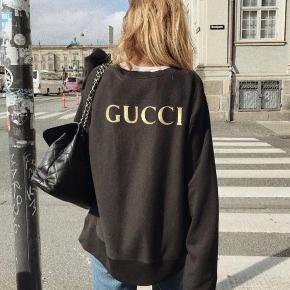 Gucci AC/DC sweatshirt. Købt i XL for at den er oversized. Brugt få gange, den eneste fejl er at mærket er gået op i den ene side (som vist på billedet).  Det kan dog nemt syes på igen.  Kvittering haves  Befinder sig på Østerbro