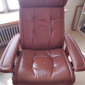 Lænestol. Læder. Låsemekanisme i stykker. Med patina men ellers rigtig pæn i betrækket.