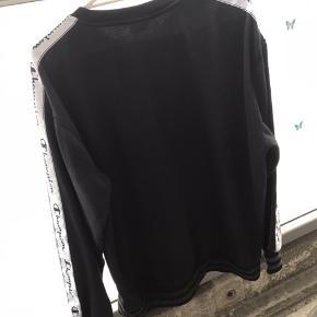 Hej sælger denne her super fede og behagelige Champion sweatshirt. Den er købt på ASOS til 700 kroner. Den er ikke blevet brugt vildt meget, da den er lidt for stor til mig. Jeg er 176 og den er ret oversized så jeg ville mene at den kan fitte en på 180-185 cirka alt afhængig af ønsket fit. Den er lidt forvasket (overhovedet ikke meget man kan stadig se at den er sort) og desuden er der lidt fnuller rundt omkring på den (se det 3. Billede) (forresten var trøjen våd, da billedet blev taget så der var lidt ekstra fnuller osv) Skriv venligst for mere info eller hvis i har nogle spørgsmål:) Sender kun, hav en fortsat rigtig god dag😊