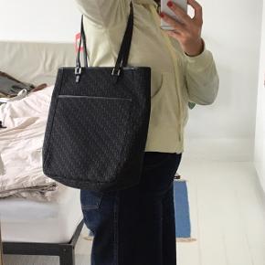 Christian Dior, monogram tote taske. Model, Oblique Canvas Tote Bag. Udført i jacquard monogram kanvas med læderbesætninger, udvendig lomme samt hardware af krom metal. Indvendigt med et stort rum samt inderlomme med lynlås. H. ca. 32 cm, B. ca. 26 cm    Kvittering haves ikke.   Sælges flere steder brugt til 4500-5000 kr