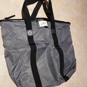 Day taske i en grå/blålig farve, velholdt.  Mp 125 kr.