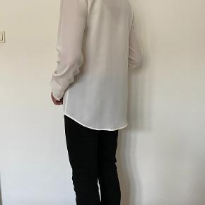 """Filippa K skjorte. Cremefarvet smuk """"silke"""" skjorte størrelse M fra Filippa K. Skjult lukning foran. Længde fra nakke til nederste søm 80 cm."""