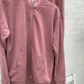 Super smart joggingsæt fra Mads Nørgaard i lyserød med glimmereffekt.  Ikke brugt meget og vasket et par gange. Sælges som sæt 🙂 Buks taljemål: 38 cm uden stræk. Buks indvendig benlængde:82 cm.
