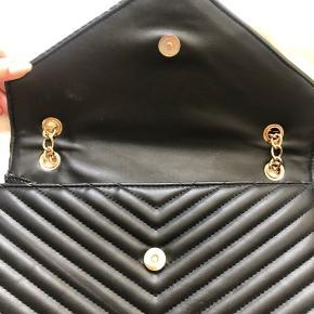 Saint sulpice skuldertaske med guld kæder. Lukkes med magnet. Flere lommer inden i tasken.