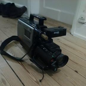 Gammelt VHS videokamera fra 80,90`erne kan tændes men batteriet er dødt og strømforsyninger driller, men kan måske fixes ellers måske bruges til udstilling, kommer med 3 helt nye BASF VHS bånd
