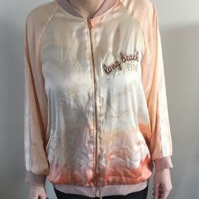 Der findes en lille plet på jakken, som godt kan gå af i vask (se billede)  Pris er uden Porto.  I pæn stand.