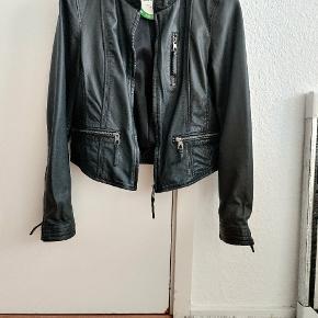 Dejlig jakke i ægte læder.