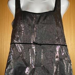 Varetype: top med polka dots og lille sløjfe Farve: se billeder  Lukkes i siden med lynlås.  fra armhule og ned ca. 35cm fra armhule til armhule ca. 50,5cm  Brugt få gange