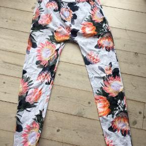 Skønne bukser med lidt hængenumse. Bukserne er god men brugte.   Prisen er 65 kr og prisen er fast.  Jeg bytter ikke