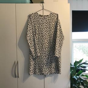 Kjole fra Le Grenier sælges  Størrelse: L  Nypris: 1200 DKK Prisforslag: 75 DKK  Kom gerne med et bud eller spørg for mere info. Jeg er åben for bud 😊