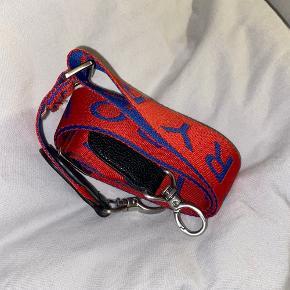 Blå / rød taskerem fra Beck Søndergaard. Fejler absolut ingenting - har bare en anden, jeg bruger mere ❤️💙