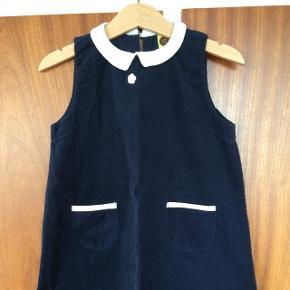 Elegant blå fløjls kjole med hvid krave,  2 lommer Knapper