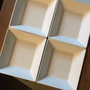 Trip Trap bakke i teak med hvide skåle (model: Triton 1 - forhandles ikke længere)  Er aldrig blevet brugt - æsken er kun blevet åbnet.  Mål: 28,8 x 24 x 4,3 cm  Befinder sig i Frederikshavn - kan også afhentes i Aalborg eller Brønderslev