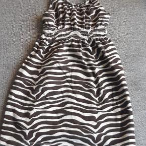 Næsten som ny kjole fra Baby Gap. Kig endelig forbi mine andre annoncer.  Kan hentes på Amager eller sendes mod betaling