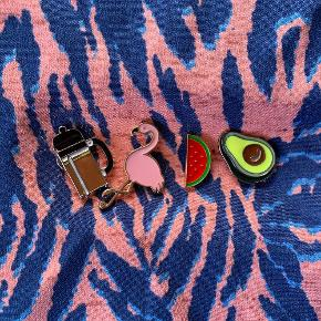 ☕️🦩🍉🥑 CLOSET CLEAN OUT🥑🍉🦩☕️ I am moving so everything needs to go!  Fun pins to spice up any outfit! Pin them on your scarf, denim jacket, shirt or blazer. Unisex for every age. Maybe a fun gift for someone special? 30kr for one - ALL 100kr