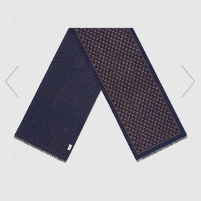 Rigtig fin tørklæde fra Gucci  Købt online fra Gucci's hjemmeside  Alt medfølger samt kvittering