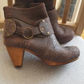 """Sanita støvle i """"krakeleret"""" skind. Str 38."""