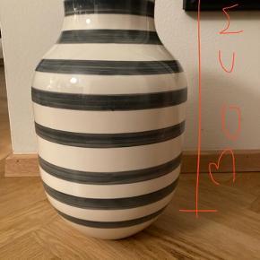 Grå/hvid Kähler vase 30 cm høj. Købt engang for længe siden på lagersalg. Det er nok 2. sortering idet den har nogle småfejl. Jeg har taget billeder af fejlene og lagt op. Herudover nogle fejl/skår i bunden, men ikke noget man ser, når vasen står. Jeg sælger den billigt grundet disse fejl, men jeg synes ikke selv, at fejlene betyder noget. Døm selv ud fra billederne.