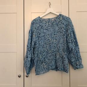 Fineste bluse fr weekday. Brugt få gange. Lidt krøllet men kan stryges.