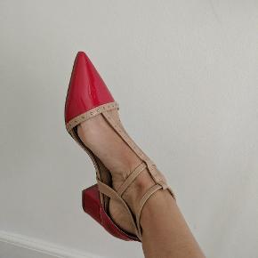 Næsten som ny, ingen synlige tegn på slid. Super fede og rå røde sko med nude remme fra Miss KG. Str 41, alm. i størrelsen. Hælen er 5 cm høj.