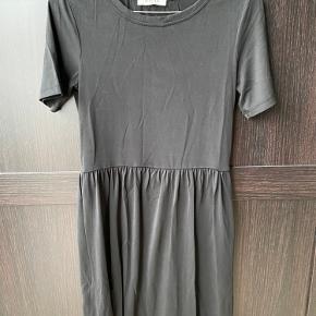 Sælger samme kjole i army grøn