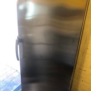 Fryser sælges billigt da ny er købt. Nogle skuffer/plastlåger er beskadiget. (Se billede) Kom med et bud. Kan afhentes i Esbjerg :)