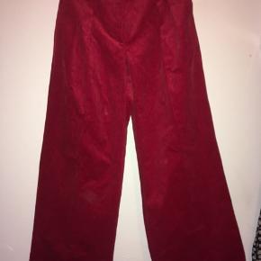 Super fede røde fløjsbukser. Aldrig brugt. Nypris: 1799  Str 34-36