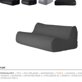 Smart Fluid sofa fra Soft-Line. Perfekt til teenage værelset. FLUID er en afslappende og komfortabel sofa baseret på samme princip som en sækkestol. Den tilpasser sig personen, der sidder i den og er helt utrolig afslappende. Perfekt til gaming og fx playstation. Betrækket er smudsafvisende og aftageligt. Måler 160 x 105. Farven er antrasitgrå. Købt i efteråret 2018 til 4200 kr. Sælges KUN fordi mit barn har fået ny stor seng og der ikke er plads til begge. Designer busk+hertzog. Sælges til 1500 kr. Flot stand