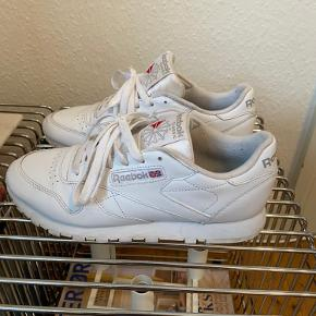 Classic leather sneakers fra Reebok.