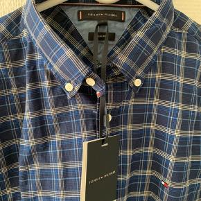 Flot skjorte fra Tommy Hilfiger i str L. Skjorte str 42. Easy Care slim fit. Aldrig brugt og med prismærke.