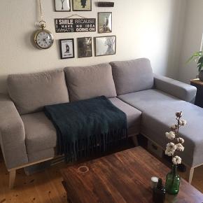 Mål: 222cm lang, 90cm høj og 85/159 cm dyb Chaiselongen kan monteres i begge sider af sofaen.  Købt i november sidste år, så den er mindre end et år gammel. Sælges grundet flytning.  Ingen pletter og står som ny.
