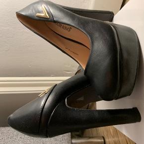 Helt nye og ubrugte stilletter i en str. 37. Hælen er 13 cm og plateau 4 cm.