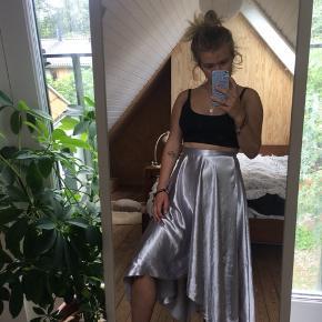 Sygt fin sølv nederdel fra H&M! Har meget få slidmærker. Kan også passes af XS💓💓