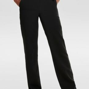 Sælger disse populærere bukser fra ONLY i en str 40 længde 30, de er ikke brugt da jeg tog mærket af, og troede de ville passe mig i længden men synes de er for korte til mig.  Np: 299 kr Mp: 195 inkl fragt med DAO  Str 40 længde 30