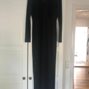 Brugt som nytårs og julefrokost kjole et par gange. Lang kjole med slids og flot ryg.  God længde hvis man er høj.