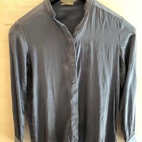 Super smuk silkeskjorte i smuk blå farve. Kan bruges med og uden bånd i halsen  Nypris 1300 fra vinter 2018