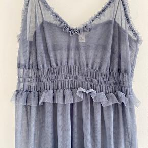 Fin Cami-kjole med flæse detaljer i mesh. Farven er gråblå og den er sød over en skjorte el. T-shirt