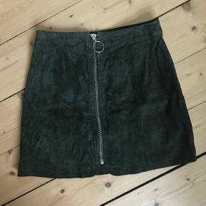 Duede nederdel med lynlås foran fra ZARA, str. Xs men passer fint en S, aldrig brugt og har ingen slidtegn. Nypris 500kr Sender på købers regning og bytter ikke 🌸