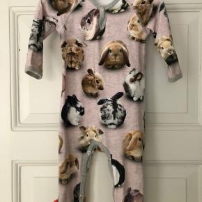Molo heldragt med kaniner, brugt en gang. H&M WWF heldragt vasket men aldrig brugt. Hummel heldragt brugt 2 gange.  Pris pr. stk. 125kr Samlet 350kr