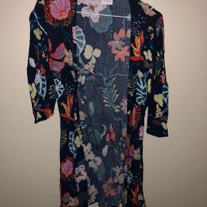 Brugt en enkel gang. Fin kimono fra Vila med bånd. Den er blå med mønster.   Tjek endelig mine andre annoncer! 👗👠💸💳  📍 Kan afhentes i Karup.  📦 Sender på købers regning. 📸 Der kan sendes flere billeder.  📲 Tager imod mobilepay. ❌ Ingen bytte eller retur.