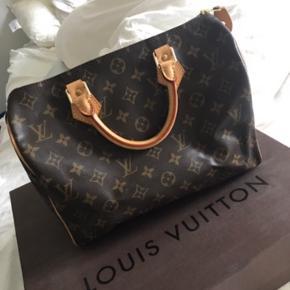 Louis Vuitton Speedy 30 Monogram.  Sælger min super flotte og velholdte Louis Vuitton taske da jeg desværre ikke får den brugt.  Den er købt i 2015, kvittering haves desværre ikke længere, men jeg står 100% inde for ægtheden.  Dustbag og hængelås inkl. nøgle medfølger.