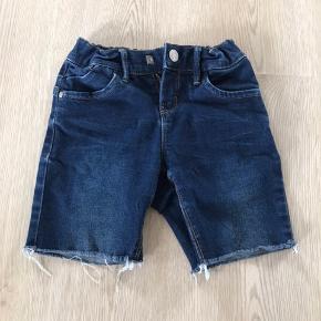 Cowboy shorts til pigen, str. 128, Name It, brugt men meget pæne. 10% af prisen går til Kræftens Bekæmpelse (Team Vejdik, Stafet For Livet) Se mere på mostermette.dk (IG1002)