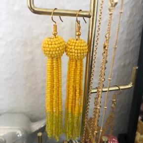 & Copenhagen perleøreringe. Meget populære i gul! Aldrig brugt. Har bare hængt.